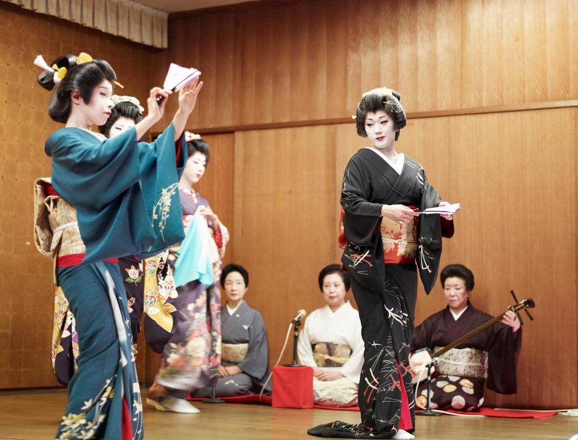 Niigata_geisha_dancing2.jpg